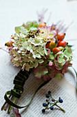 Kleiner Strauß aus Hortensienblüten, Hagebutten und Dahlie
