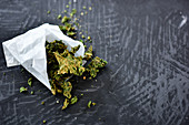 Kale chips with honey, mustard and cashew