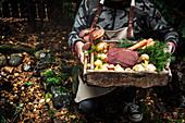 Rohes Elchfleisch mit Gemüse in Holzkiste
