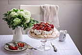 Pavlova mit Sahne und Erdbeeren auf Tortenständer