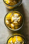 Salzzitronen in Einmachgläsern (Aufsicht)
