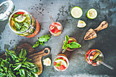 Selbstgemachte Basilikum-Erdbeer-Limonade (Aufsicht)