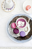 Macarons in verschiedenen Violett-Tönen