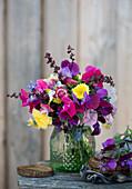 Sommerstrauß aus Wicken, Strohblumen, Astern, Goldrute und Spinatsamen