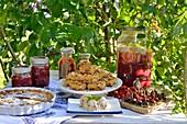 Sommerliche Kuchen, Desserts und Getränke mit Kirschen