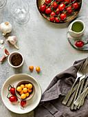 Zutatenstillleben mit Tomaten, Knoblauch und Gewürz