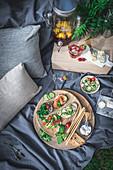 Picknick mit Bruschetta, Käse und Getränkespender