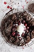 Schokoladen-Galette mit Kirschen serviert mit Vanilleeis