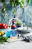 Gedeckter Tisch mit Wein, Tomaten, Zitrone und Parmesan (Italien)