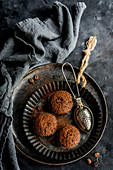 Drei Kaffeemuffins mit Kakaopulver