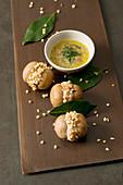 Egerlinge mit Ricotta-Minze-Füllung und gerösteten Mandeln