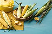 Mais-Stilleben mit gelbem Schmortopf
