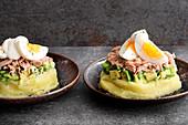 Peruanischer Schichtsalat mit Kartoffelpüree, Avocado, Thunfisch und Ei