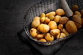 Kartoffeln im Drahtkorb dunkel, kühl und luftig lagern