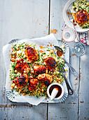 Sticky Chicken mit Harissa auf Kichererbsen-Couscous