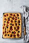 Focaccia Barese mit Tomaten und Oliven