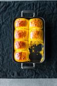 Kürbis-Softies: Hefebrötchen in Auflaufform gebacken