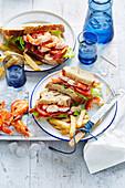 Clubsandwiches mit Garnelen und Pommes Frites
