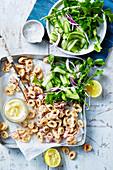 Calamari mit Salz, Pfeffer, Gurkensalat und Zitronen-Aioli