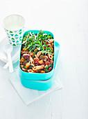 Ratatouille mit Nudeln und Rucola in Lunchbox