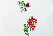 Rote Zwiebel, Brokkoli, Rispentomaten und Rucola