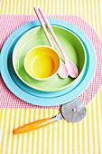 Farbenfrohes Geschirr und Besteck