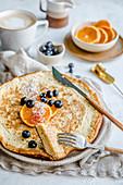 Schaumomelett mit Blaubeeren und Orangenscheiben