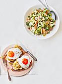 Zucchini-Butterbohnen-Salat mit Räuchermakrele und Toast mit Spiegelei, Lauch und Chiliflocken