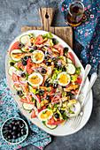 Salat mit Tomaten, Gurken, Sardinen und Ei