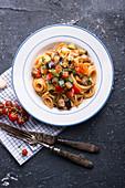Vegane Spaghetti mit mediterranem Gemüse und Sojahack-Stückchen