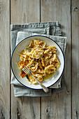 Gebratene Butternusskürbis-Tortellini mit Salbeibutter und Parmesan