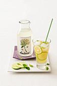 Drink mit selbst gemachtem Holunderblütensirup