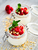 Joghurt mit frischen Himbeeren und Minze im Glas