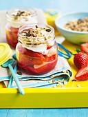 Joghurt mit Granola und Erdbeeren im Glas