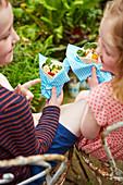 Kinder essen Wraps mit Hähnchenspiessen