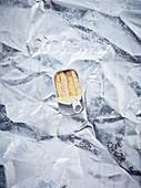 Offene Fischdose auf Aluminiumfolie