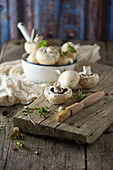 Champignons und Champignon-Bürste auf Holzbrett
