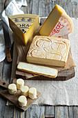 Verschiedene Käsesorten aus den Bergamasker Alpen, Italien