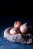 Rohe Zwiebeln auf Jute
