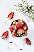 Erdbeeren im Schälchen und daneben