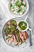 Gegrilltes Lamm mit Minzchutney und Kartoffelsalat
