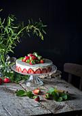 Fraisier: Französische Erdbeertorte auf Tortenständer