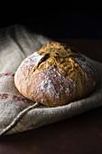 Hausgemachtes Brot auf Leinentuch