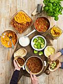 Drei Hackfleischgerichte: Kirschtomatenragout für Pasta, schwarzes Bohnenchili, Cottage Pie mit Süsskartoffeln