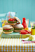 Grüne Burger mit Ketchup