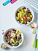 Gebratene Blumenkohl-Brokkoli-Bowl mit Tahini-Hummus fürs Büro