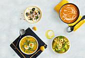 Blumenkohlsuppe, Maissuppe, Kürbissuppe und grüne Minestrone mit Tortellini