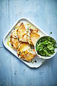 Quesadillas mit Butternusskürbis, Feta und Salat