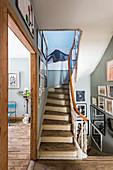 Bildergalerie an den Wänden entlang der Treppen im Altbau