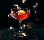 Gin Dubonnet vor dunklem Hintergrund